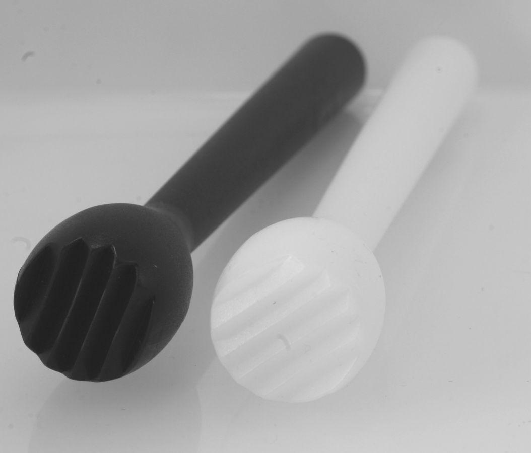Macerovací palička plastová zdrsněná bílá